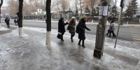 The teperature is -10° in Yerevan and people walk on sidewalks covered with ice. - Здоровый Воронеж